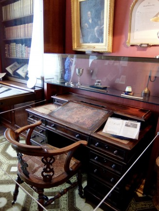 Dickens' writing desk.jpg
